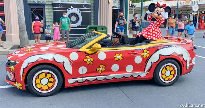 Minnie-Mouse-Character-Cavalcade-Disneys-Hollywood-Studios-Reopening-2-700x370